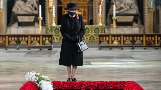 La reina Isabel II hace su primera aparición con cubrebocas