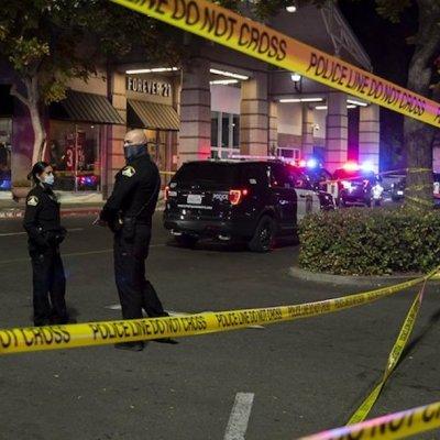 Tiroteo en centro comercial de California deja un muerto