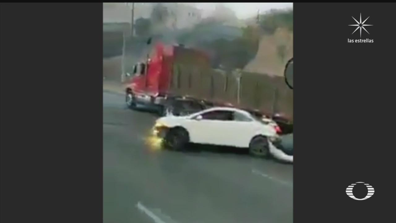 trailer embiste y arrastra a automovil en la mexico queretaro