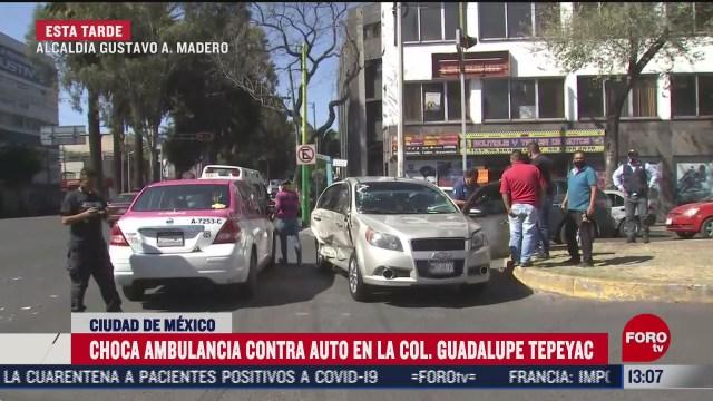 ambulancia choca con auto en gustavo a madero