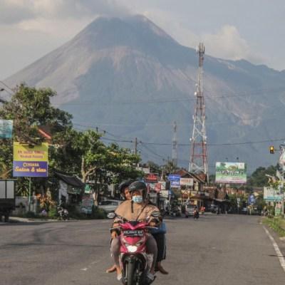 Aumento de actividad volcánica en Indonesia provoca evacuación de miles de personas