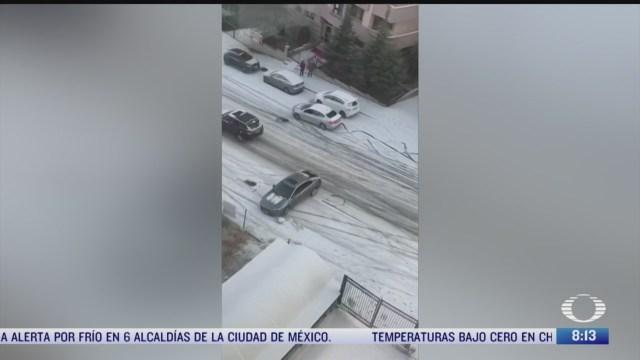 chocan carros al deslizarse en piso congelado