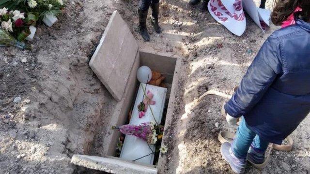 Dulce María, niña abandonada dentro de hielera en Tijuana, recibe sepultura digna