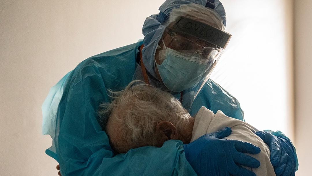 El doctor Joseph Varon abrazando a un abuelito con Covid-19. (Getty Images Facebook)