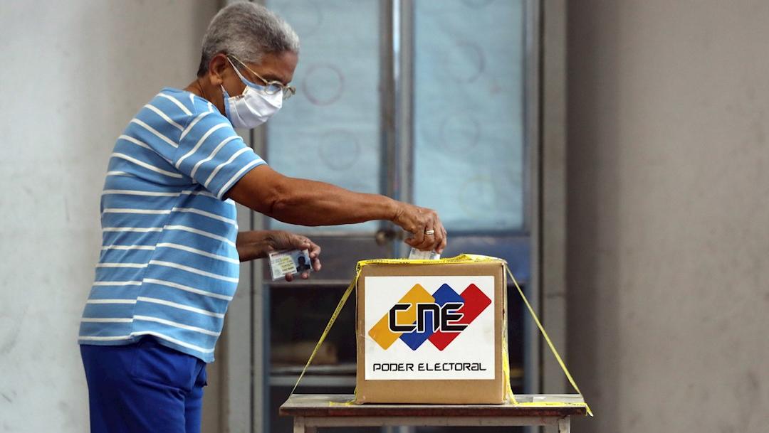 Una mujer vota en el centro electoral para civiles y militares en Caracas, Venezuela