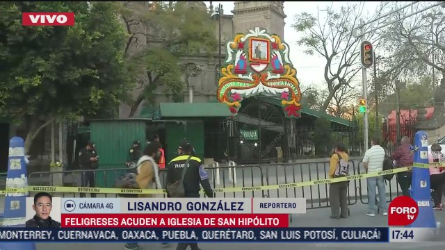 Feligreses llegan a las inmediaciones de la iglesia de San Hipólito en la CDMX