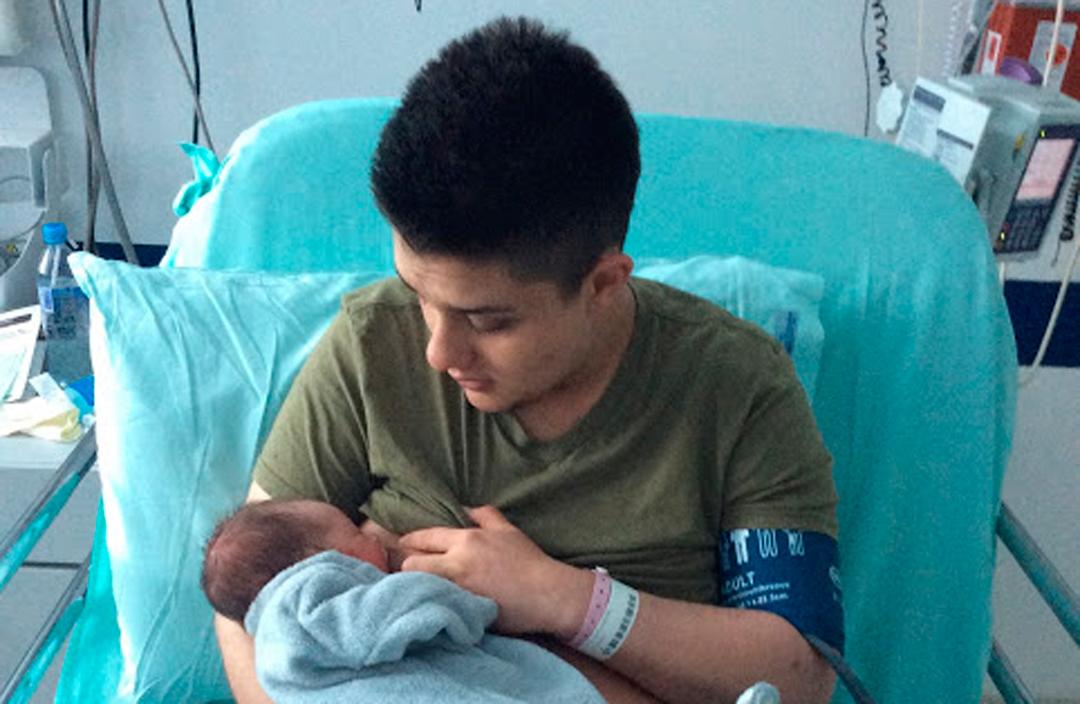 Hombre Trans subió una imagen al momento de amamantar a su bebé