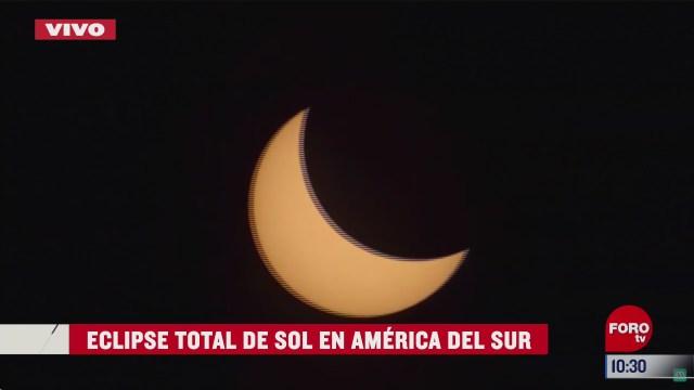 luna a punto de cubrir totalmente el sol en eclipse