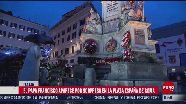 papa francisco aparece por sorpresa en la plaza espana de roma