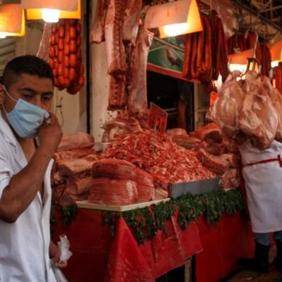 Unas personas acuden a mercados para adquirir sus producto y alimentos