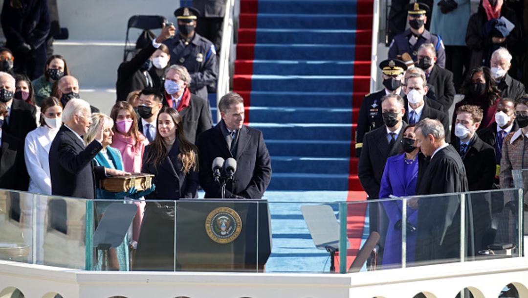 Joe Biden jura al cargo ante las escalinatas del Capitolio