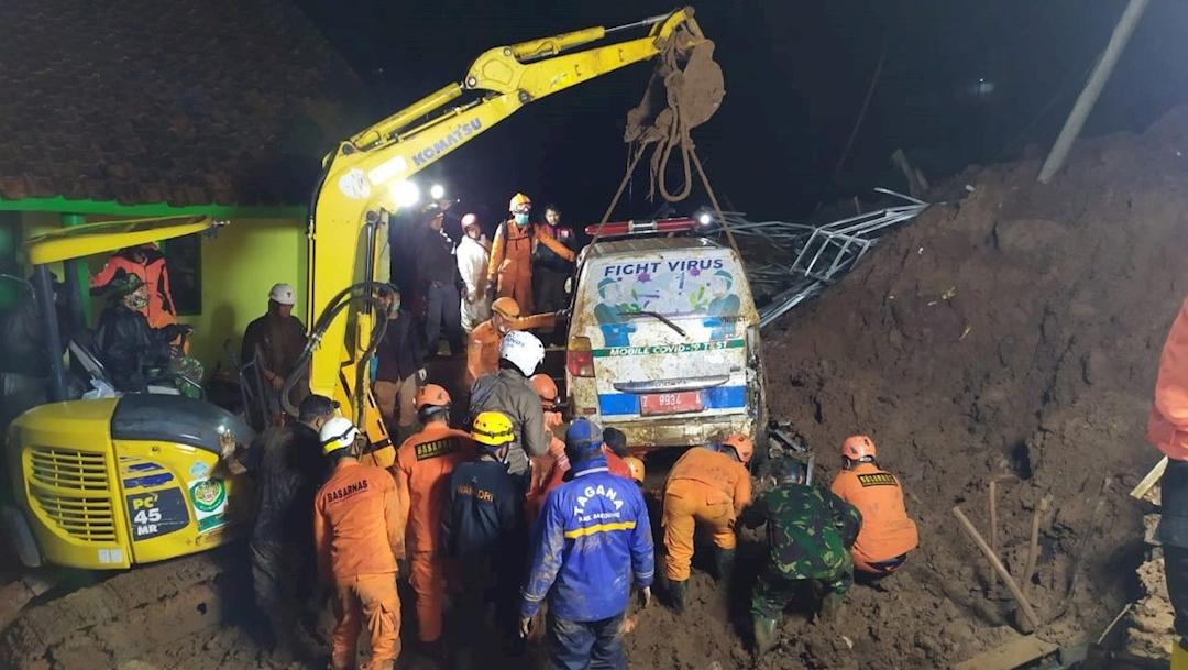Dos deslizamientos de tierra causaron al menos once muertos y numerosos desaparecidos en Indonesia, informan las autoridades
