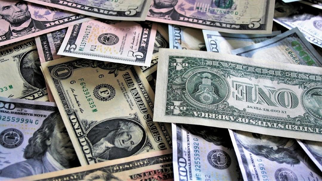 El dólar cierra a 19.79 por dólar, con una bolsa que extiende toma de utilidades