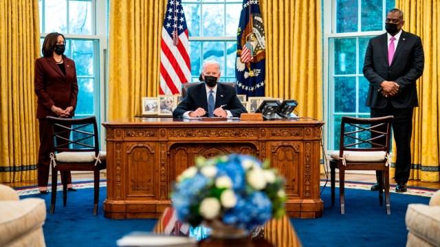 El presidente de EEUU, Joe Biden, firma órdenes ejecutivas