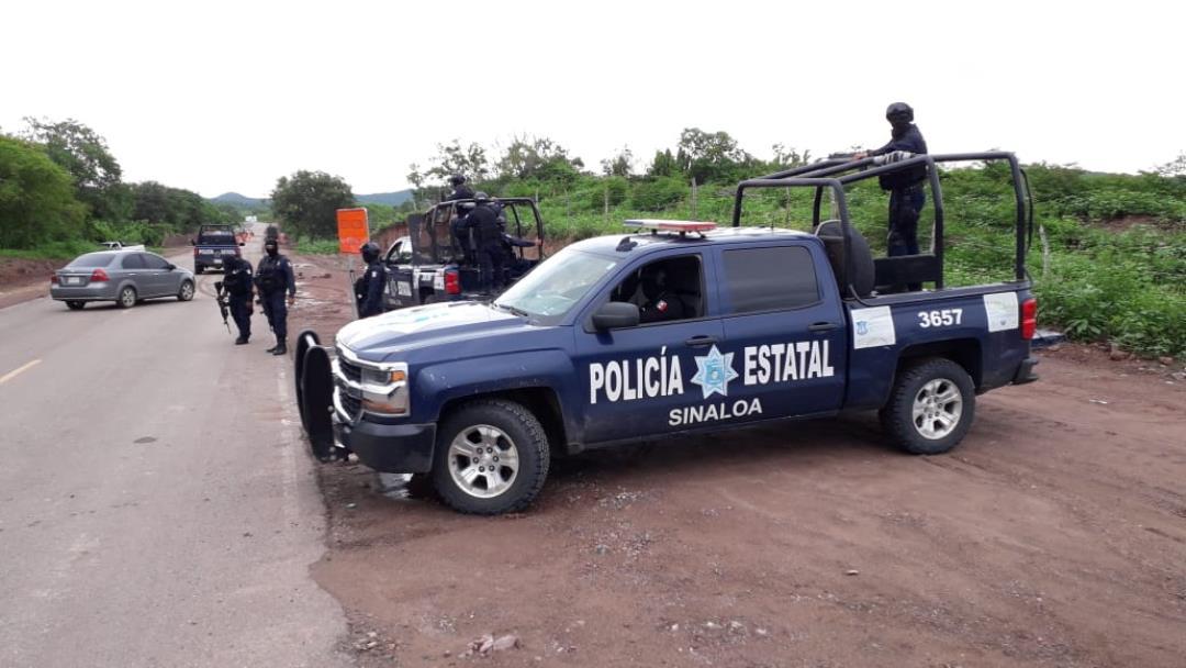 Encuentran restos de tres cuerpos en un carro enterrado en Sinaloa
