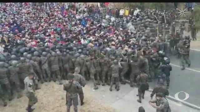 fuerzas de guatemala se enfrentan con migrantes hondurenos