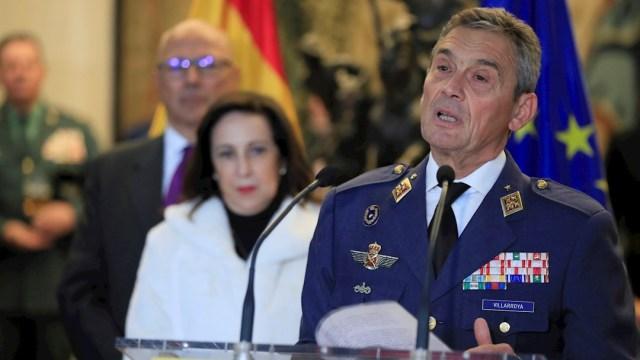 El jefe del Estado Mayor de la Defensa, el general del Aire Miguel Ángel Villarroya Vilalta (d) durante su toma de posesión