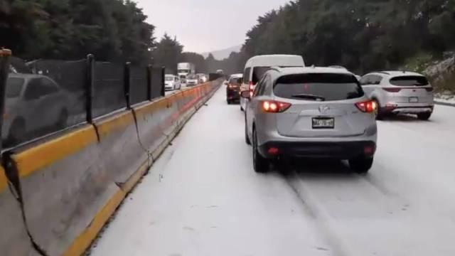 Una fuerte granizada cubrió varios kilómetros de la autopista México-Cuernavaca