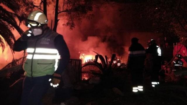 Bomberos laboraron por más de dos horas para sofocar un incendio en una bodega de cartón en CDMX. (Foto: Twitter).