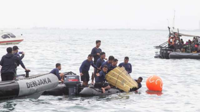 Indonesia busca cajas negras del avión siniestrado