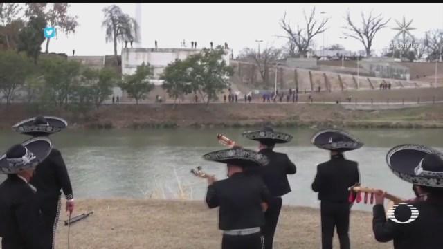 migrantes dan serenata binacional en el rio bravo en honor a joe biden