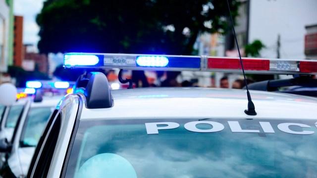 Mujeres golpean a policía con piedras por uso de cubrebocas