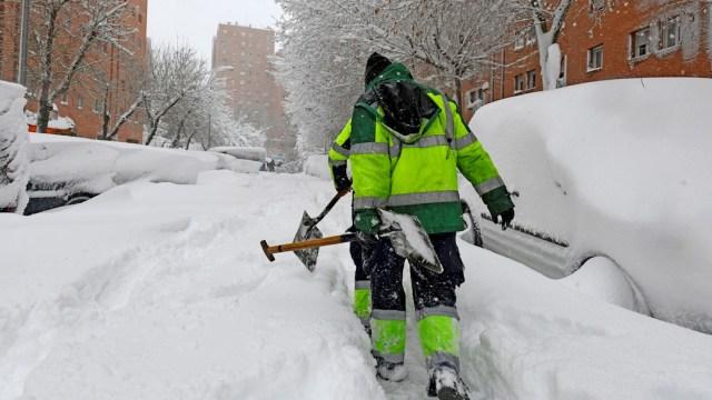 Madrid ha despertado cubierta con una espesa capa de nieve que impide la movilidad en buena parte de la región