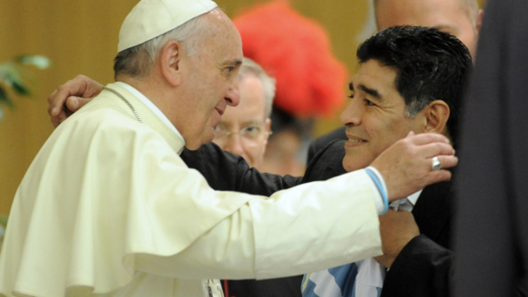 """El papa Francisco afirmó, en una entrevista que publica el diario deportivo italiano """"La Gazzetta dello Sport"""", que recibe un abrazo de Diego Armando Maradona"""