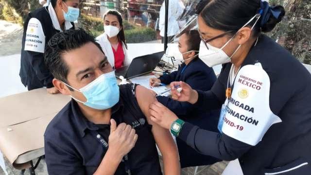 Personal médico de la CDMX recibe segunda dosis de vacuna contra COVID-19