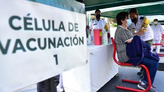 Personal sanitario de hospitales privados de CDMX reciben vacuna contra COVID-19