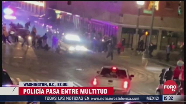 policia arrolla a una persona tras huir de una multitud en eeuu