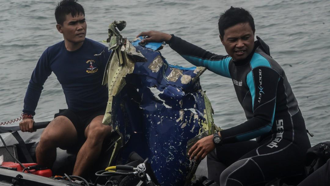 Recuperan grabaciones de caja negra del Boeing que cayó al mar en Indonesia