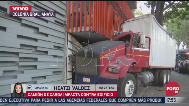 trailer se impacta en el balcon de un edificio en la colonia general anaya