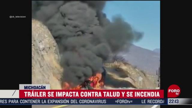 trailer se incendia tras chocar en carretera en michoacan