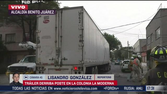 trailer tira poste de luz en la alcaldia benito juarez