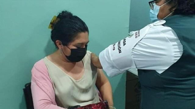 Maestros y administrativos en Campeche reciben la vacuna contra la COVID-19