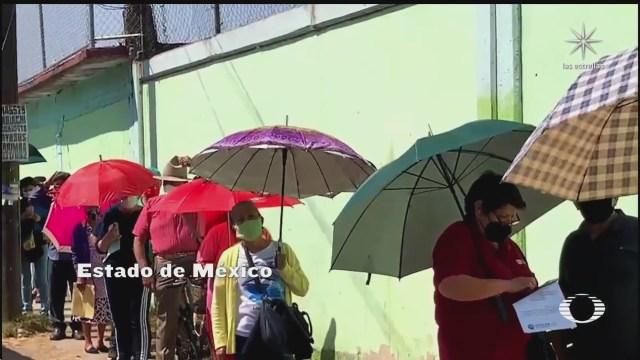 abuelitos esperan ser vacunas bajo un intenso sol