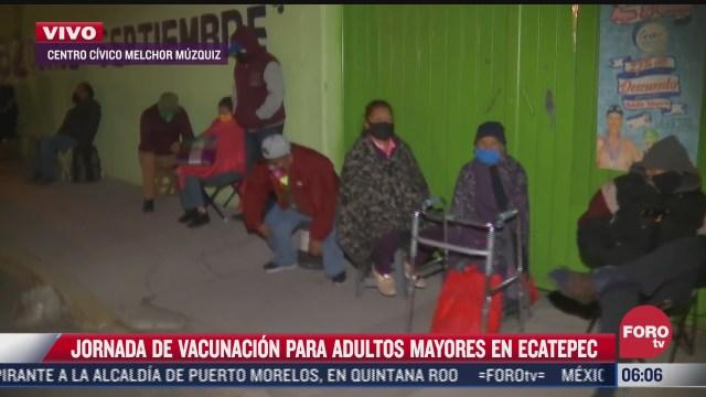 adultos mayores esperan en afuera de los centros de vacunacion en ecatepec