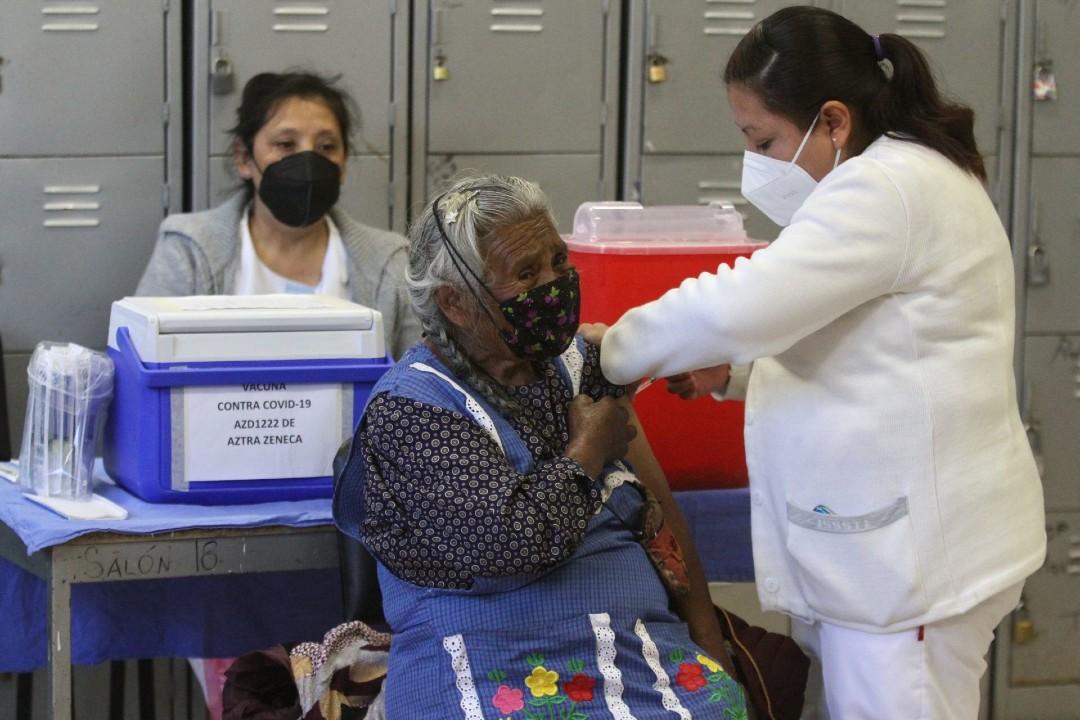 Casi-100%-de-adultos-mayores-recibieron-vacuna-COVID