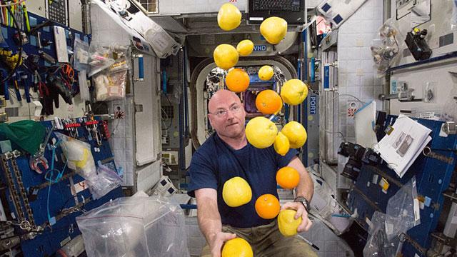 Así preparan su comida los astronautas. El alimento espacial se envasa al alto vacío