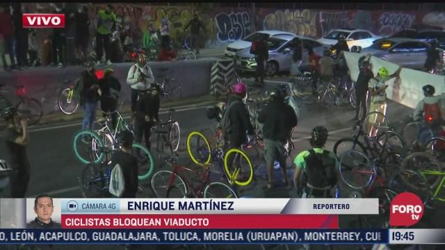 ciclistas bloquean viaducto en ambos sentidos