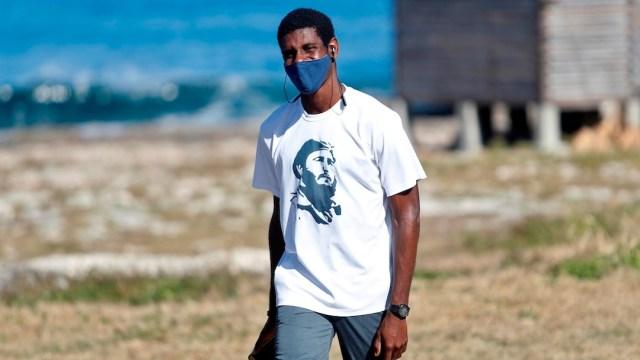 Un hombre camina con su cubrebocas en La Habana, Cuba (EFE)