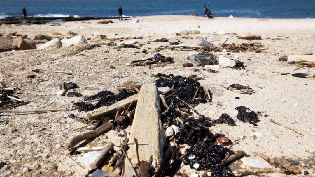 Playas de Israel se observan ennegrecidas por toneladas de alquitrán tras el derrame de crudo (Reuters)
