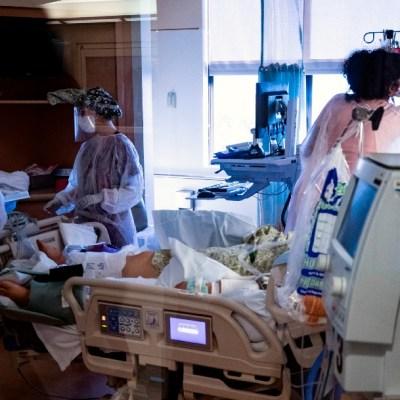 Las muertes diarias por COVID-19 registran la cifra más baja en cuatro meses