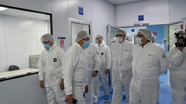 Presidente-de-Argentina-y-Ebrard-recorren-planta-donde-envasan-vacuna-de-AstraZeneca