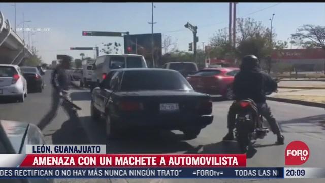 supuesto policia amenaza con machete a conductor