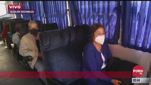 vehiculos trasladan a adultos mayores para ser vacunados en xochimilco