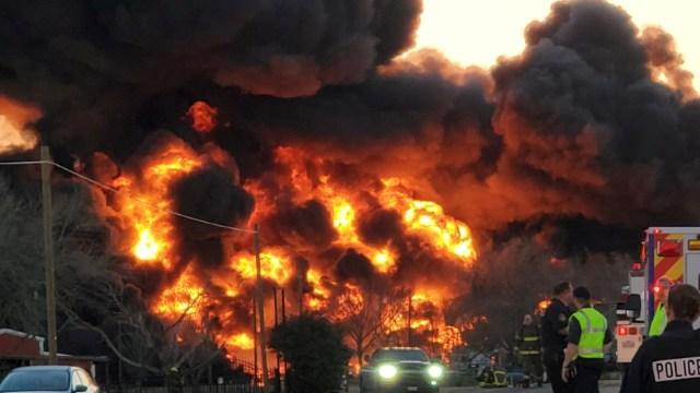 Video: Impresionante explosión por choque de tren y camión, en Texas