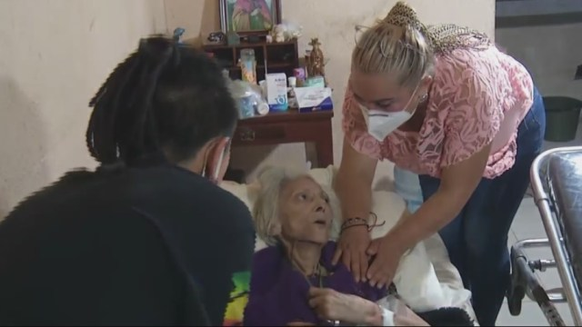 Atienden-a-abuelita-enferma-en-situación-de-abandono