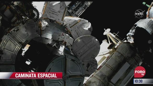 astronautas realizan caminata espacial